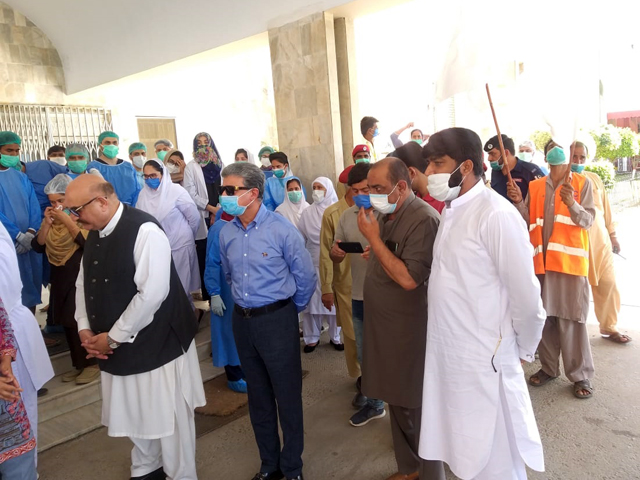 Islamabad Mayor Sheikh Ansar visits PIMS hospital and pays tribute to doctors and paramedic staff for fighting coronavirus on Sunday. PHOTO: EXPRESS
