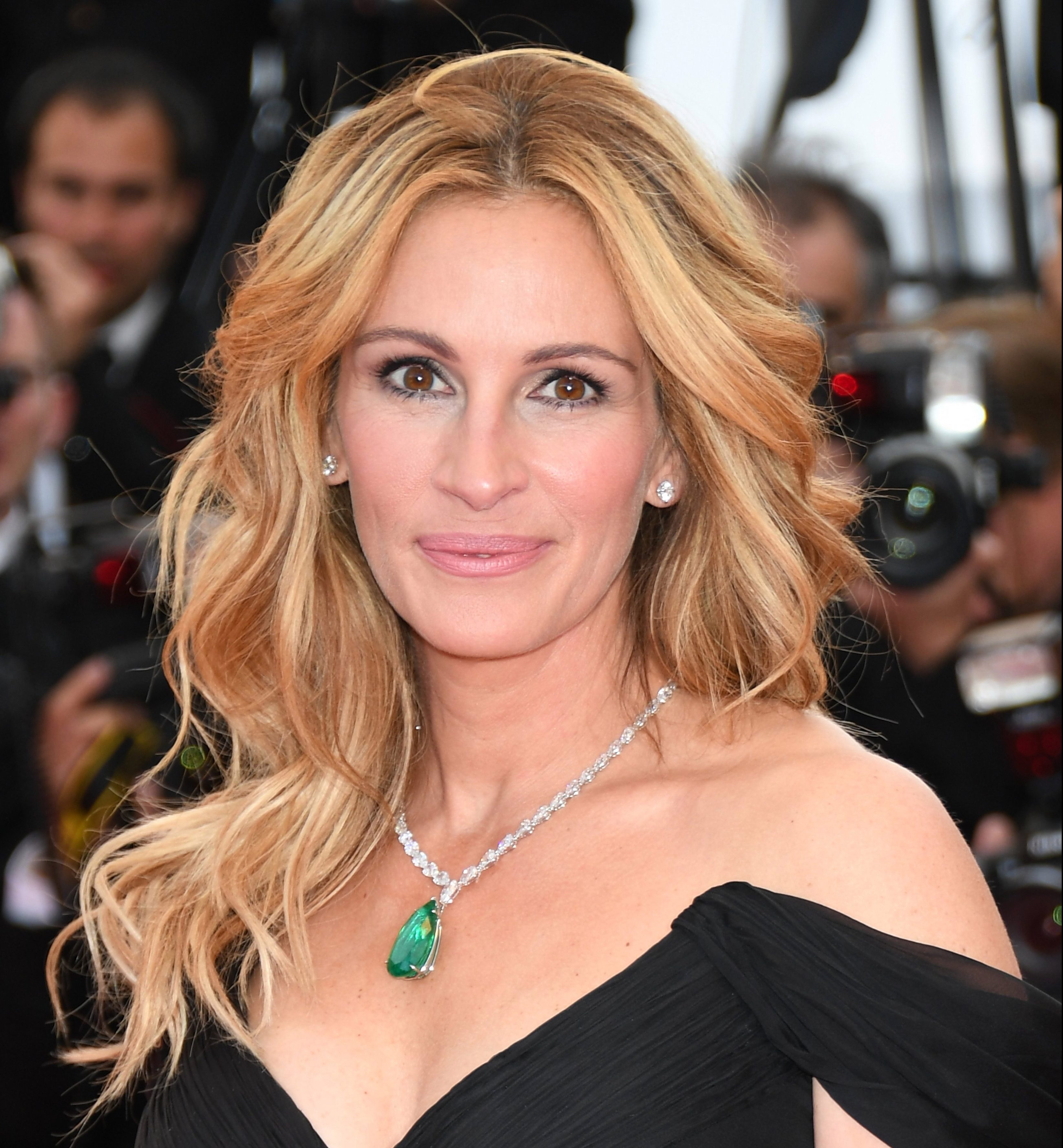 julia roberts to hand over instagram account to dr anthony fauci