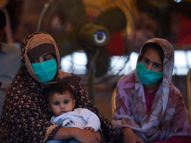 passengers-wearing-facemasks-wait-for-their-train-at-the-rawalpindi-railway-station-photo-afp-file