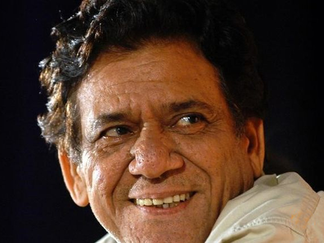"""Indian actor Om Puri smiles during his felicitation ceremony organized by the """"Rotry Club of Mumbai"""" in Bombay August 15, 2004. PHOTO: REUTERS"""
