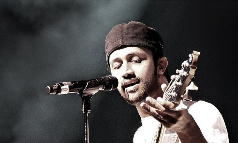 Singer Atif Aslam briefly paused performance to rescue a girl being subjected to physical abuse by boy in audience. PHOTO: YOUTUBE- SCREENSHOT