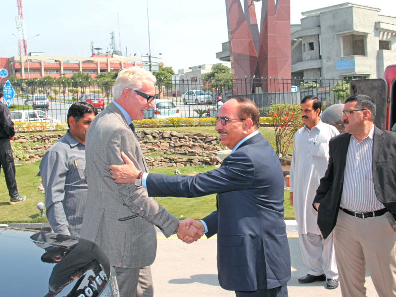 us real estate tycoon thomas kramer and bahria town former chairman malik riaz shake hands after signing a 20 billion agreement for pakistan s first ever island city
