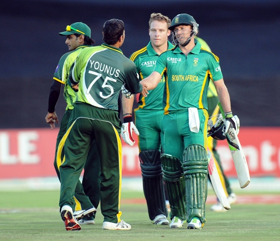 South Africa's AB de Villiers (R) shakes hands with Pakistan's cricketer Younis Khan after winning the 5th and final ODI. PHOTO: AFP