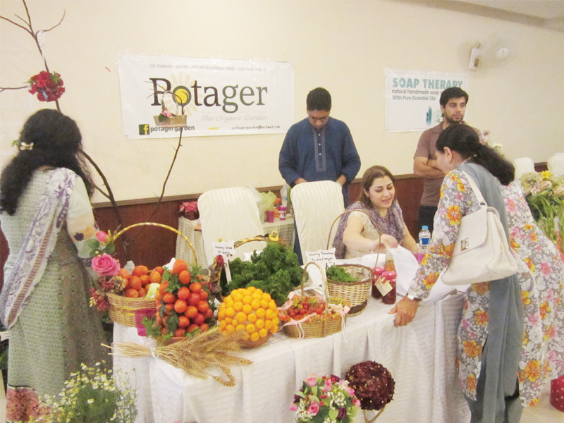 au naturale foodies flock to city s first farmers market