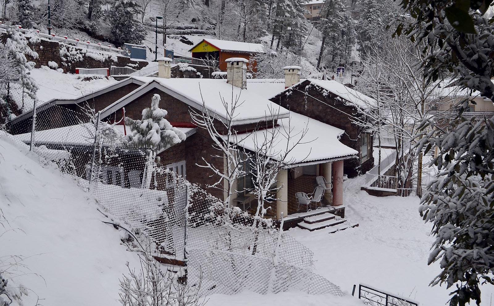thousands rush to murree to enjoy snowfall