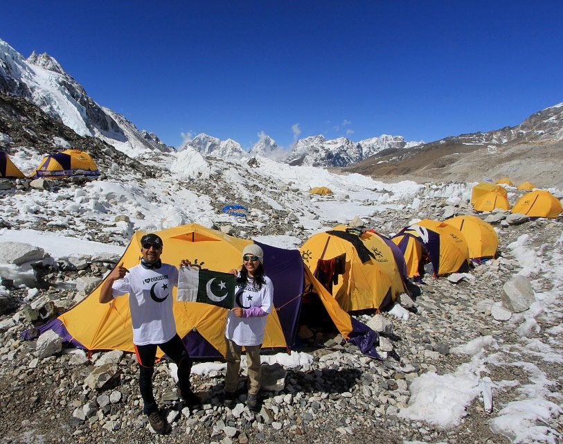 samina and her brother completed their trek up mount everest photo theyouthrepublic com