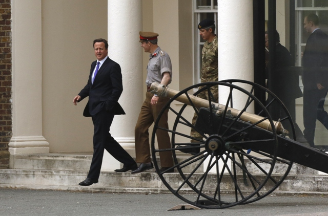 Britain's Prime Minister David Cameron (L) visits an army barracks near the scene of a killing in Woolwich, southeast London May 23, 2013. PHOTO: REUTERS