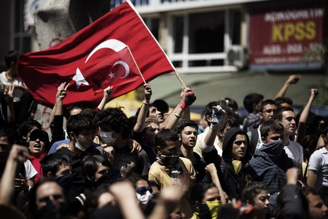 turkish demonstrators hold their national flag on june 4 2013 during a protest in front of the prime minister 039 s office in ankara photo afp