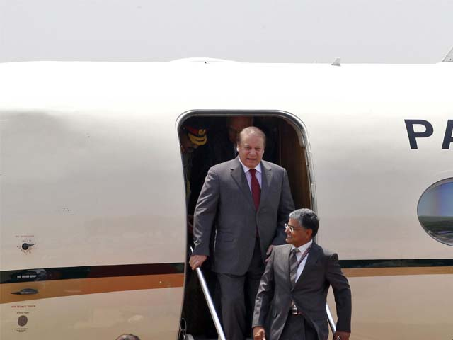 pakistan 039 s prime minister nawaz sharif waves upon his arrival at the airport in new delhi photo reuters