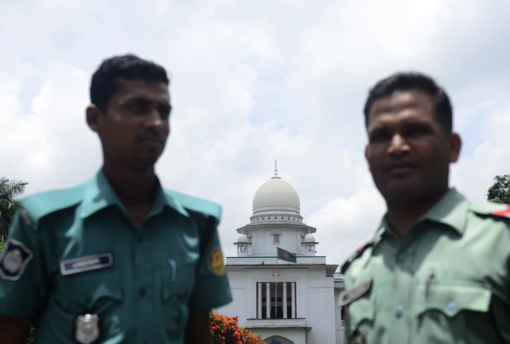bangladeshi police stand guard in front of the high court in dhaka on august 1 2013 photo afp