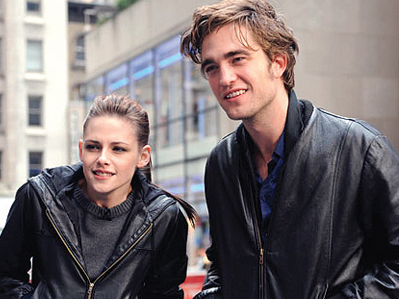 27 year old pattinson who is said to be dating model actor riley keough was reportedly seen driving away from stewart s house earlier this week