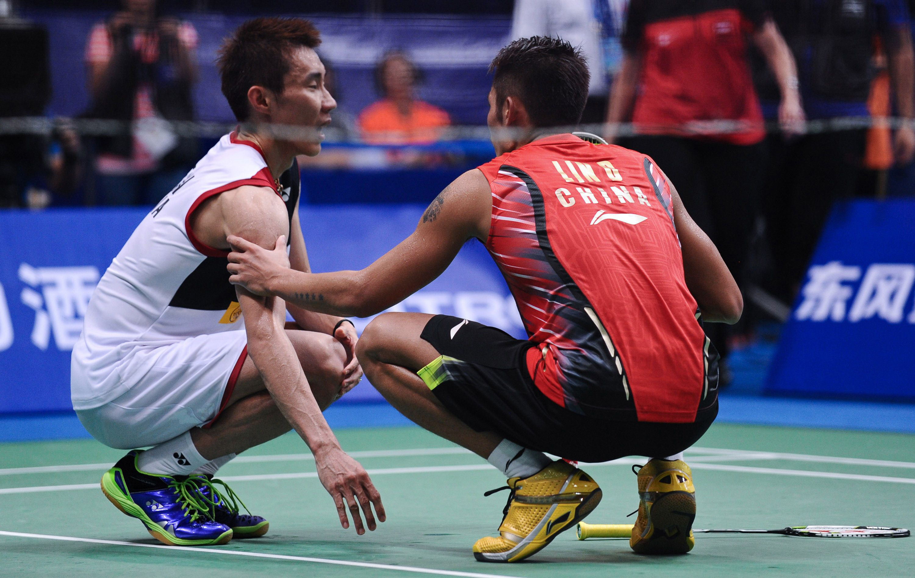 china 039 s lin dan r talks to malaysia 039 s lee chong wei after lee was injured during their men 039 s singles final at world badminton championships in guangzhou south china 039 s guangdong province on august 11 2013 lin dan won 16 21 21 13 20 17 after lee chongwei retired for injury photo afp