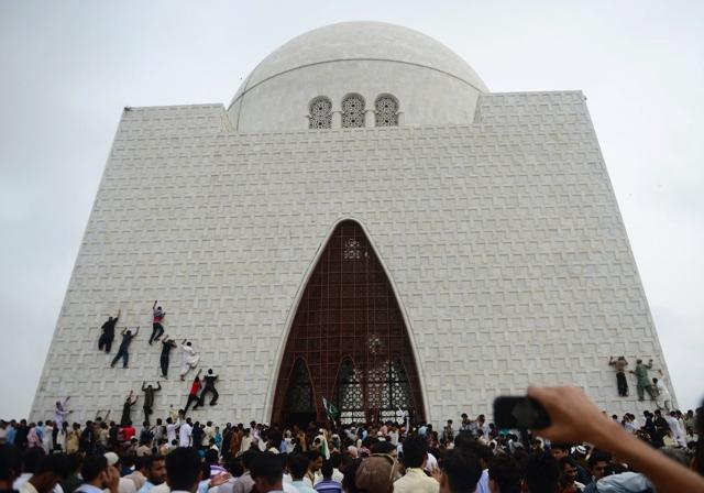 pakistani-youths-climb-the-facade-of-muhammad-ali-jinnah-039-s-mausoleum-on-august-14-photo-afp