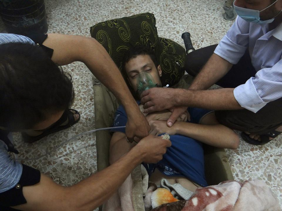 A man, affected by what activists say is nerve gas, breathes through an oxygen mask in the Damascus suburbs of Jesreen on August 21, 2013. PHOTO: REUTERS/FILE