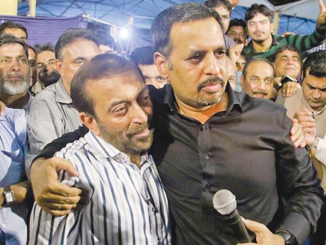 PAK Sarzameen Party leader Mustafa Kamal hugs Muttahida Qaumi Movement-Pakistan chief Dr Farooq Sattar during the joint news conference at the Karachi Press Club on Wednesday. PHOTO: INP