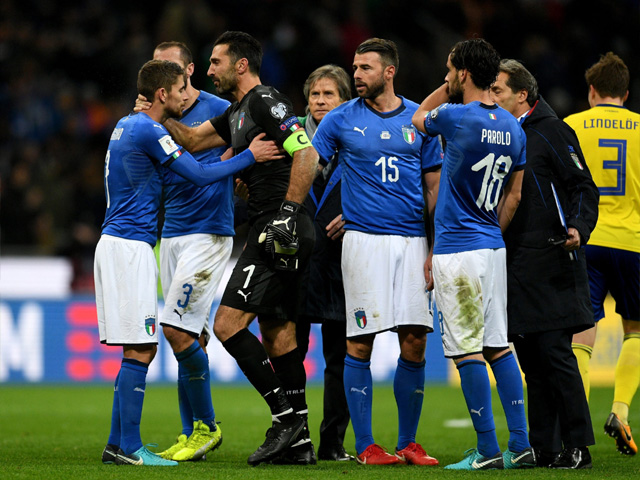 MILAN, ITALY - NOVEMBER 13: Players of Italy dejected at the end of the FIFA 2018 World Cup Qualifier Play-Off: Second Leg between Italy and Sweden at San Siro Stadium on November 13, 2017 in Milan, Italy. PHOTO: GETTY