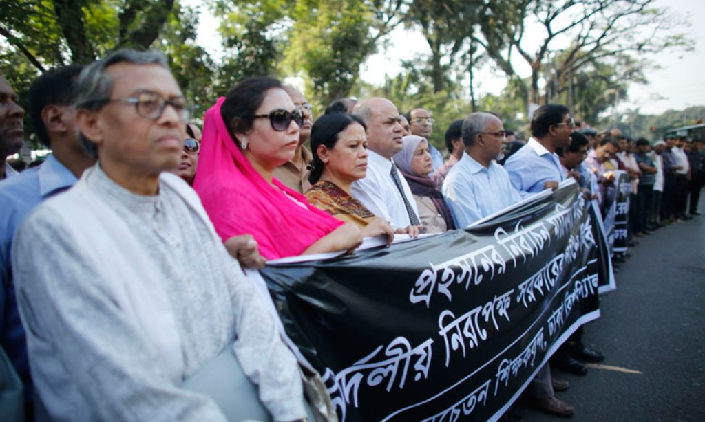 teachers from the university of dhaka loyal to bangladesh nationalist party bnp stand in a human chain during a nationwide protest in dhaka photo reuters