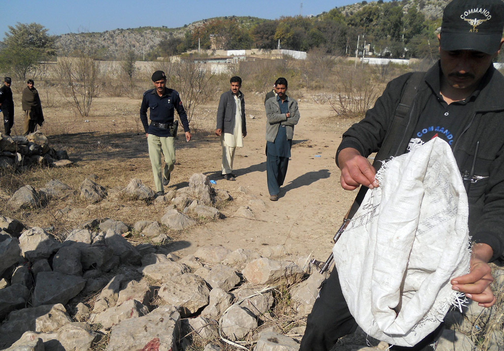 security personnel examine the site of a sucide bombing in the ibrahimzai area of hangu district on january 6 2014 photo afp