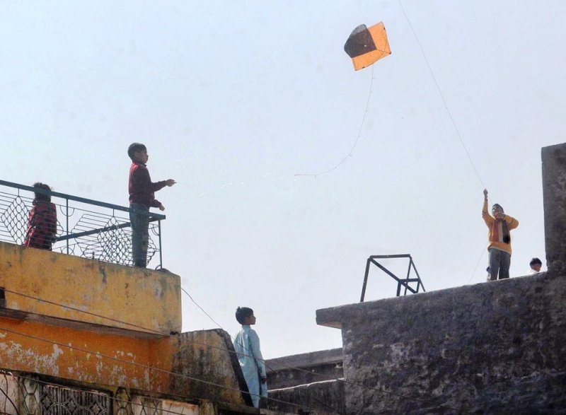 police grab ladders to catch rooftop kite flyers