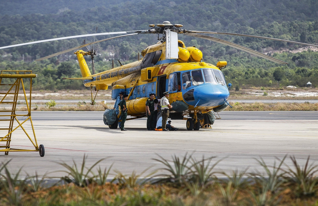 Vietnamese military personnel prepare a helicopter for a search and rescue mission for the missing Malaysia Airlines. PHOTO: AFP