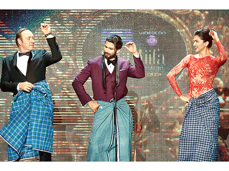kevin spacey dancing on lungi dance with deepika padukone and shahid kapoor photos file