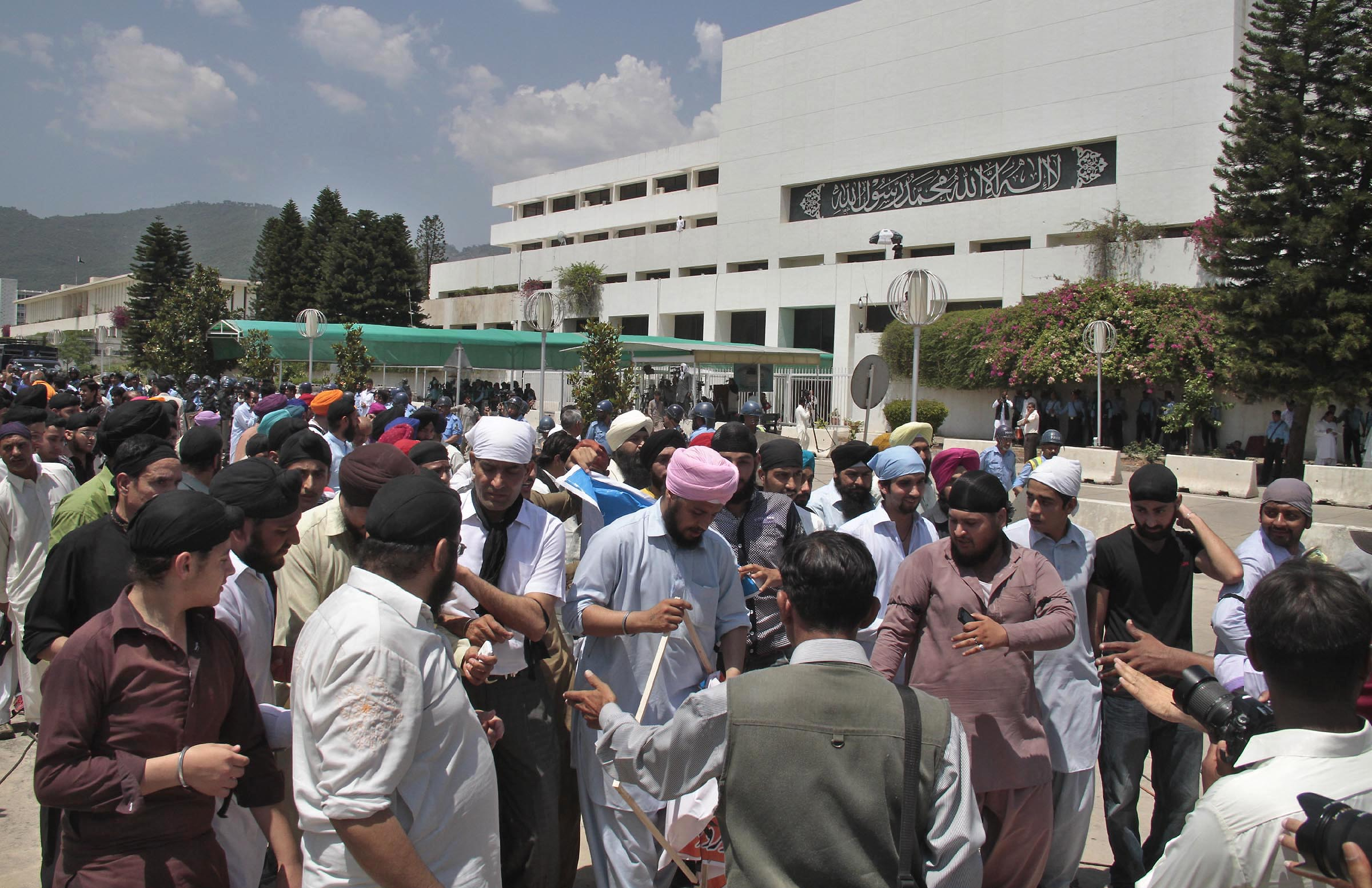 protesting-sikh-community-members-walk-through-the-courtyard-of-the-parliament-house-on-friday-after-they-had-stormed-its-gate-photo-muhammad-javed-express