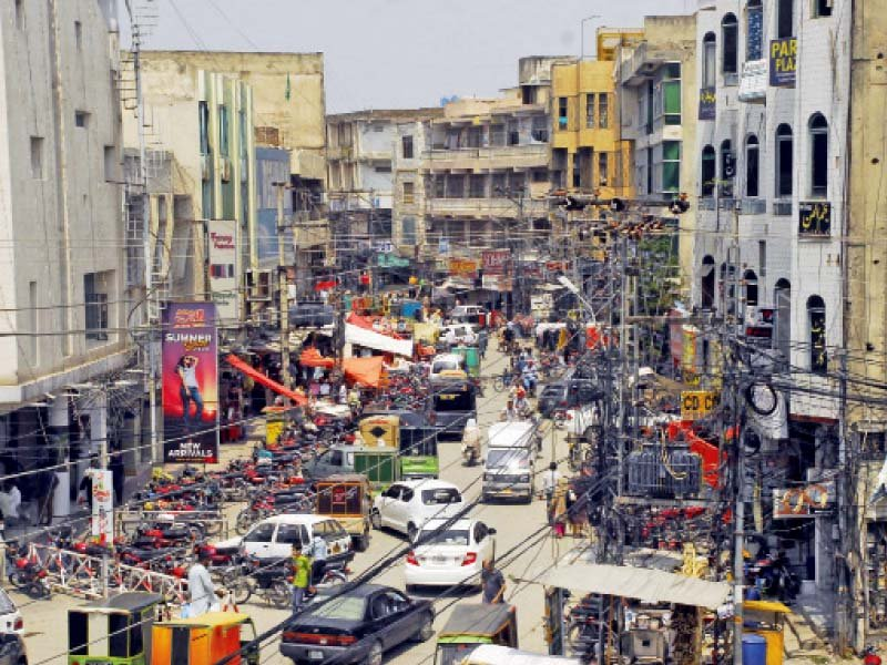 people are shopping in a crowded market of rawalpindi where traders refused to follow lockdown orders issued by the punjab government photo online