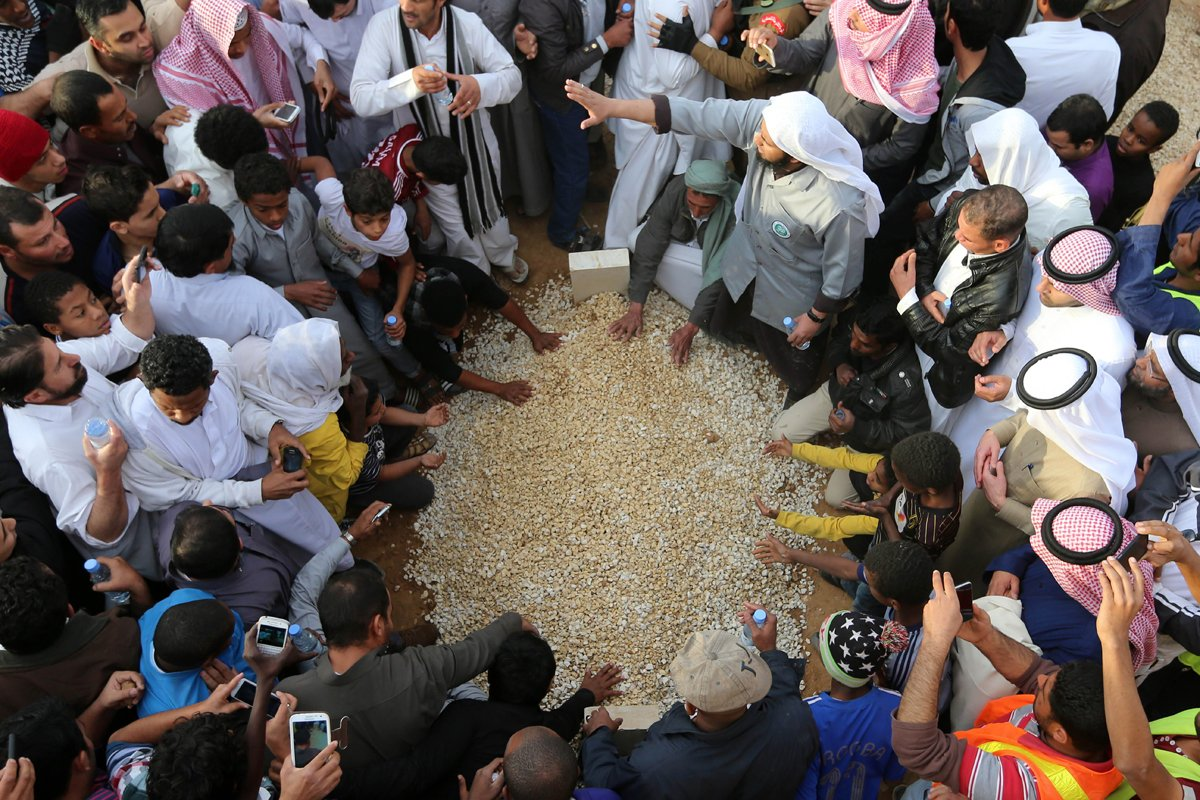 Mourners gather around the grave of Saudi Arabia's King Abdullah at the Al-Od cemetary in Riyadh on January 23, 2015 following his death in the early hours of the morning. PHOTO: AFP