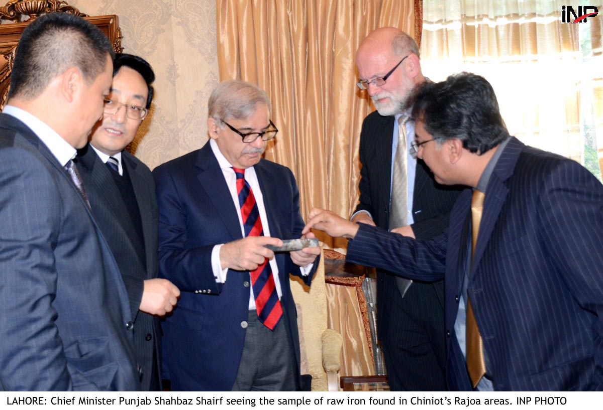 cm punjab seeing the sample of raw iron found in chiniot 039 s rajoa areas photo inp