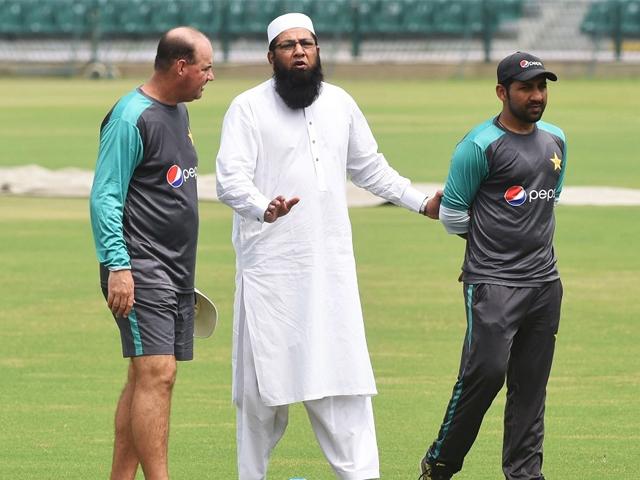 Pakistan cricket chief selector Inzamamul Haq (C) talks with team coach Mickey Arthur (L) and captain Sarfaraz Ahmed during team practise at Lahore's Gaddafi stadium. PHOTO: AFP
