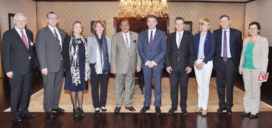 president mamnoon hussain stands with the delegation of german south asian parliamentary group at aiwan e sadr islamabad on wednesday april 15 2015 photo pid