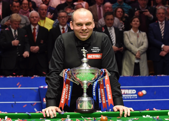 England's Stuart Bingham celebrates beating England's Shaun Murphy in the World Championship Snooker final at The Crucible in Sheffield, England on May 04, 2015. PHOTO: AFP