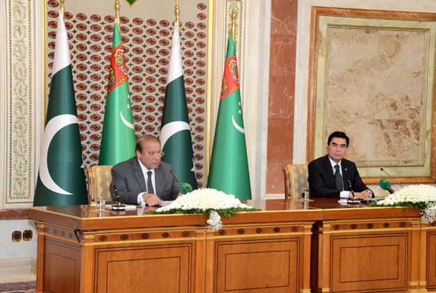 Prime Minister Nawaz Sharif (L) and Turkmenistan President Gurbanguly Berdimuhamedov addressing a joint press conference on Wednesday. PHOTO: PID