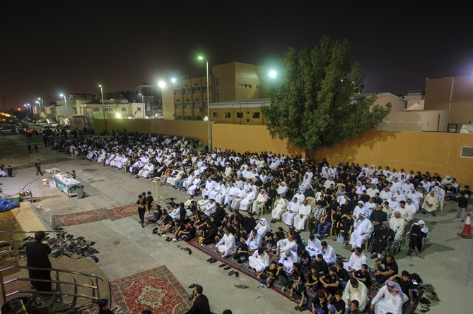 Saudi Shiite worshipers gather in a hussainiya, a Shiite hall used for commemorations in Qatif, on October 16, 2015. PHOTO: AFP