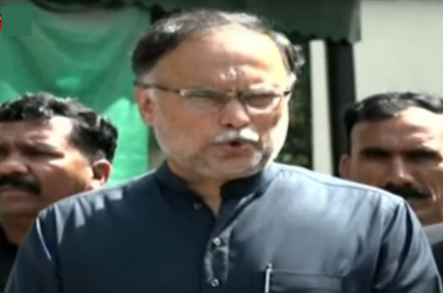 pml n leader ahsan iqbal talking to media persons in lahore on march 26 2021 screengrab