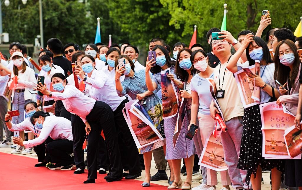 People welcome the return of staff members of China's Tianwen-1 Mars exploration mission in Beijing, capital of China, June 11, 2021. PHOTO: XINHUA