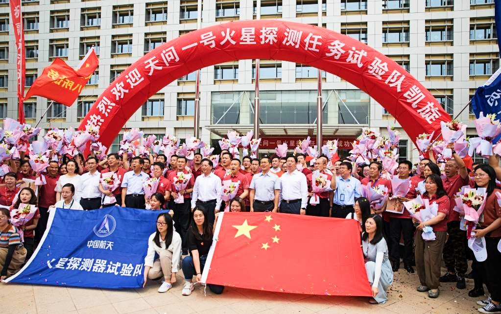 Staff members of China's Tianwen-1 Mars exploration mission and welcoming crowd pose for photos in Beijing, capital of China, June 11, 2021. PHOTO: XINHUA