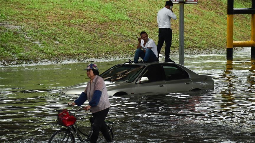 chinese troops battle floods as water levels rise