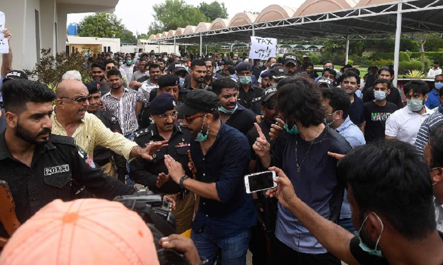 karachi protesters demand cbc ceo s resignation