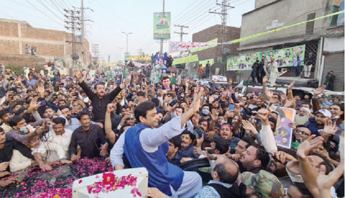 pml n leader hamza shehbaz waves to his supporters following his release from kot lakhpat jail on saturday photo nni