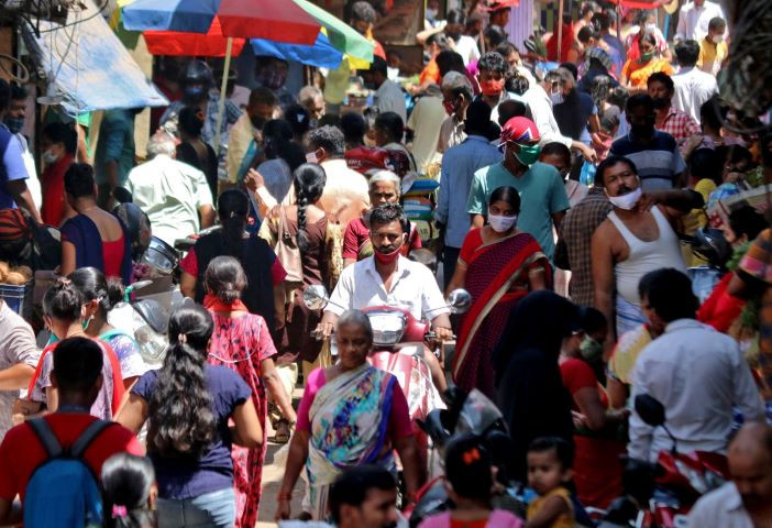 people are seen at a crowded marketplace in a slum area amidst the spread of the coronavirus disease covid 19 in mumbai india april 23 2021 reuters