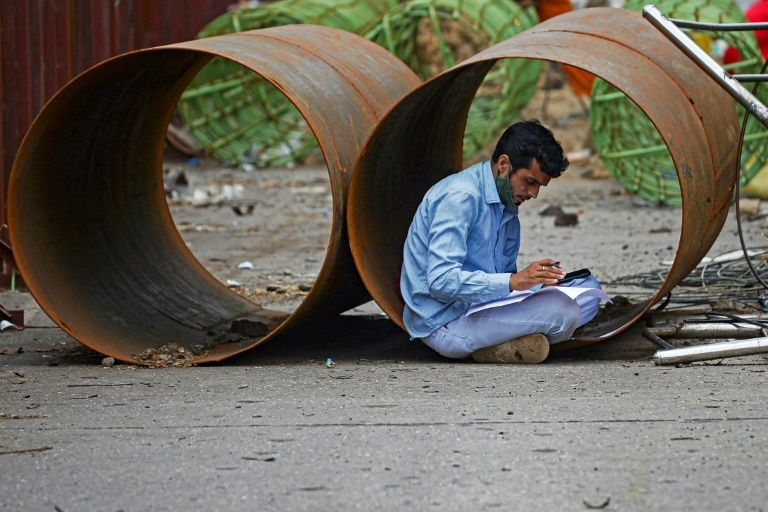 indian firms struggle to lure migrant workers back
