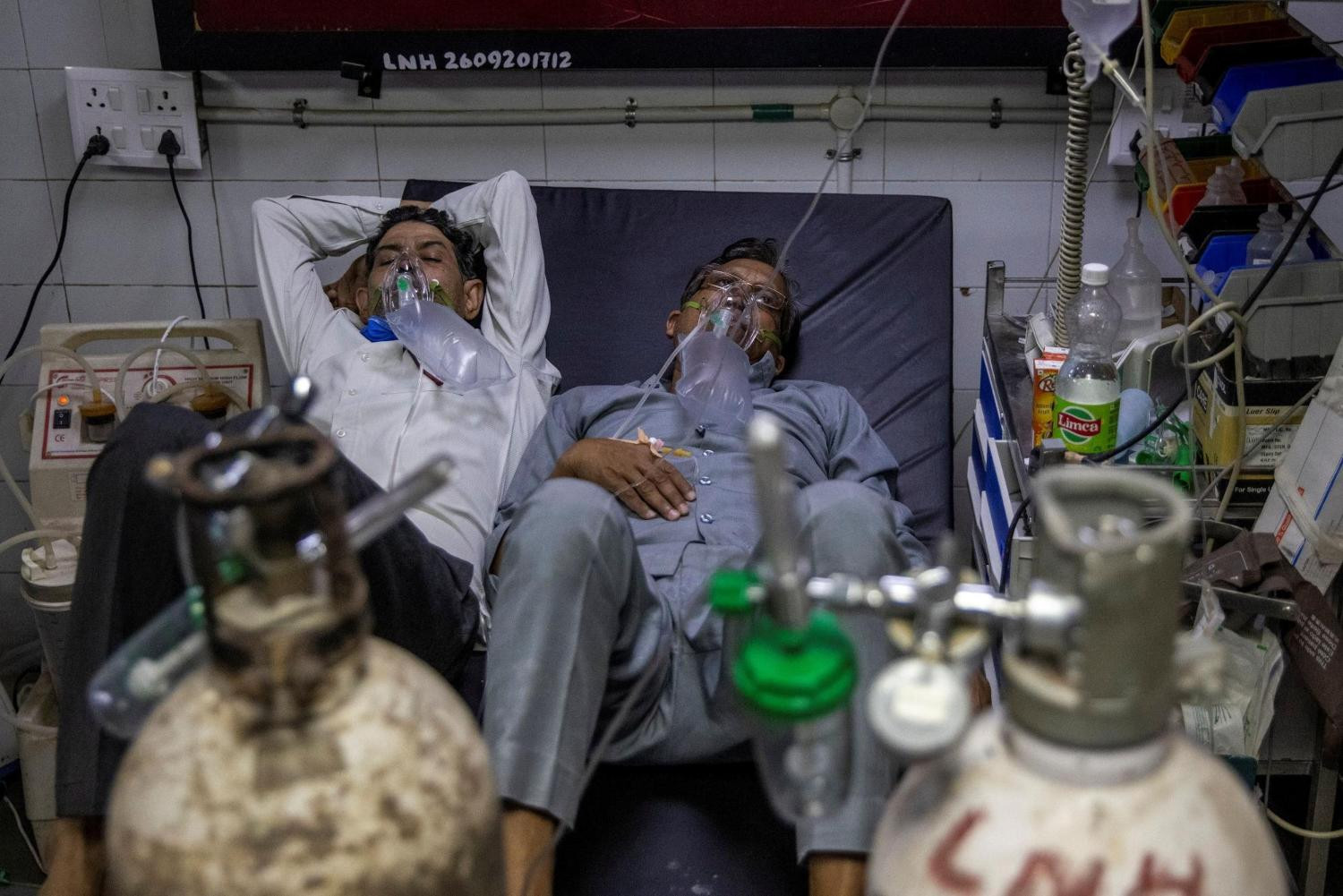 patients suffering from the coronavirus disease covid 19 get treatment at the casualty ward in lok nayak jai prakash lnjp hospital amidst the spread of the disease in new delhi india april 15 2021 photo reuters