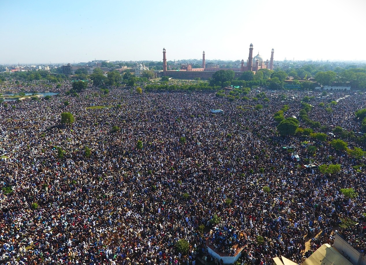 thousands pour in for khadim rizvi s funeral in lahore