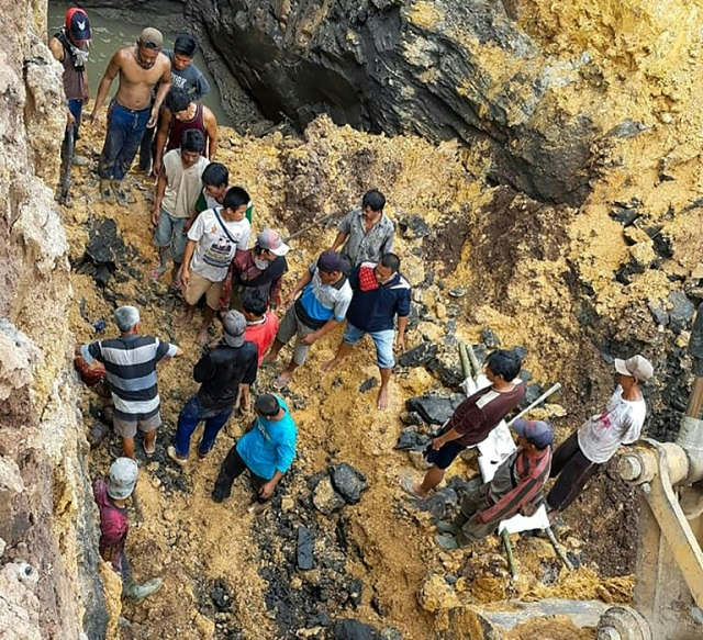 villagers try to evacuate workers trapped 20 metres underground at an unlicensed coal mine in muara enim regency south sumatra indonesia photo afp