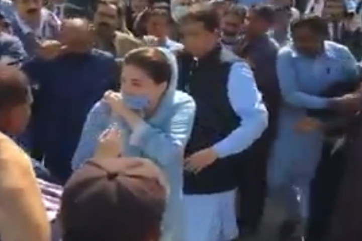 maryam nawaz struck by own guard outside court