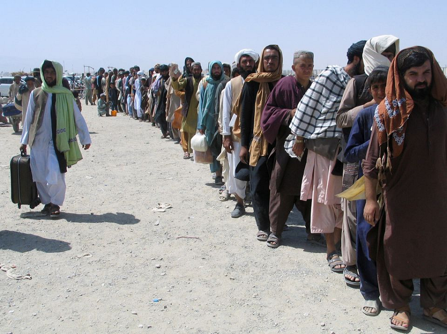 People wait to cross into Afghanistan at the Friendship Gate crossing point at the Pakistan-Afghanistan border town of Chaman, Pakistan August 19, 2021. PHOTO: REUTERS