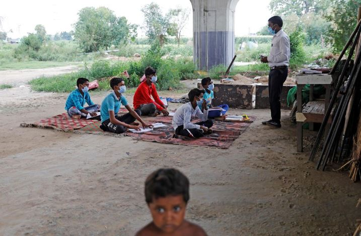 graduate teaches children in delhi slum without access to online learning