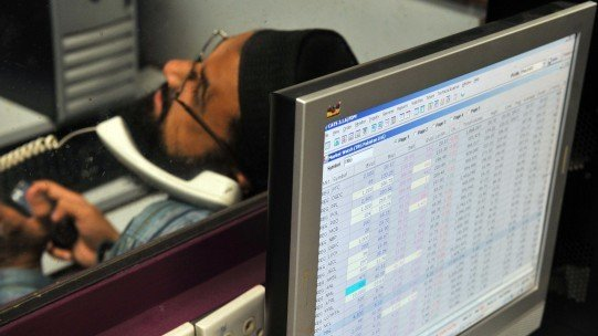 stocks close flat as investors remain cautious