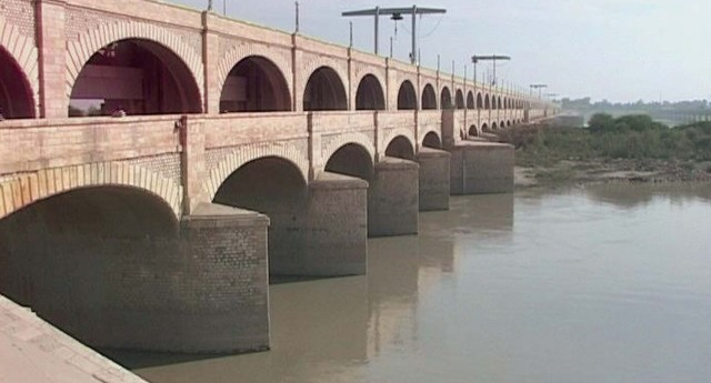 scores of fish killed by poisoning in sukkur barrage canals
